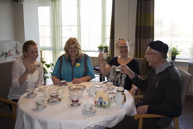 High tea met vrijwilligers bij de hazelaar