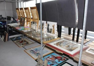 Stoelen en schilderijen